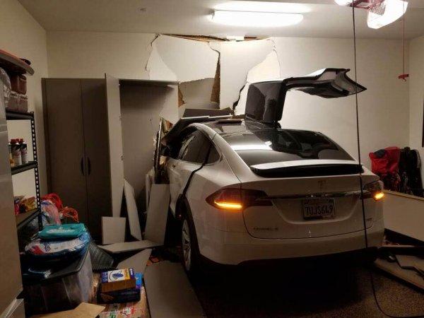 Tesla w garażu Ji Chang Sona