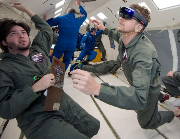 HoloLens w samolocie parabolicznym