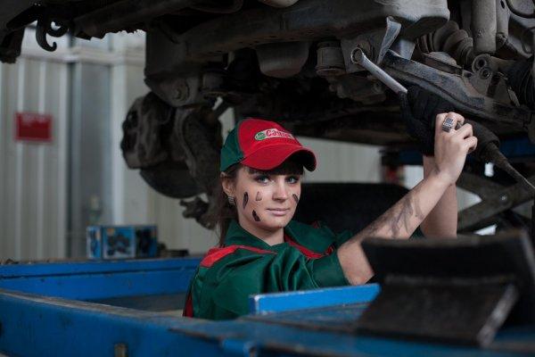 kobieta mechanik samochodowy