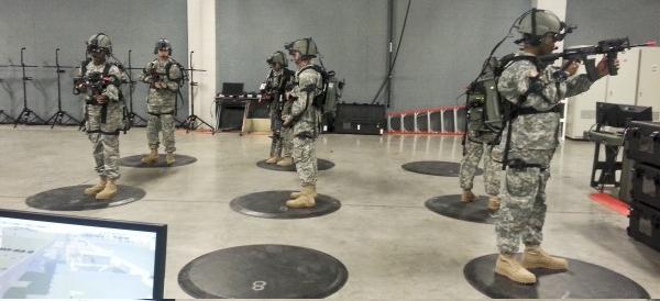 Żołnierze 4 Pułku Piechoty  podczas szkolenia zwiadowczego z zastosowaniem VR. Fot. Mykel Gurule