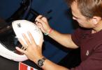 Ben Collins - Stig, podpisujący kask