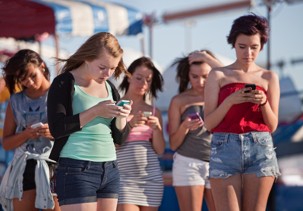 Nastolatki ze smartfonami, fot. shutterstock.com