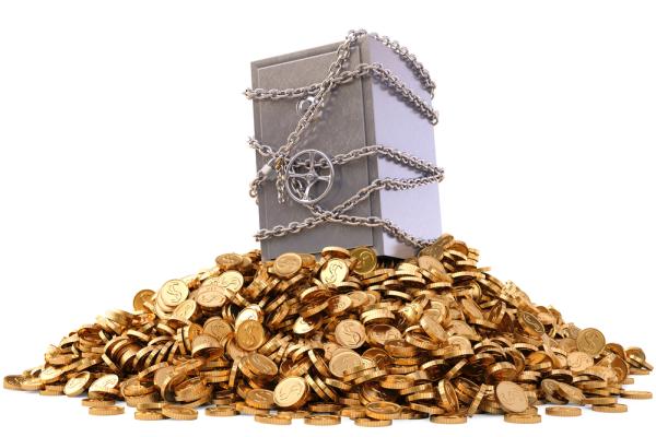 Sejf na stosie złotych monet, fot. Shutterstock.com