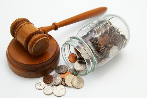 Fot. przewróconego słoika z monetami z Shutterstock.com