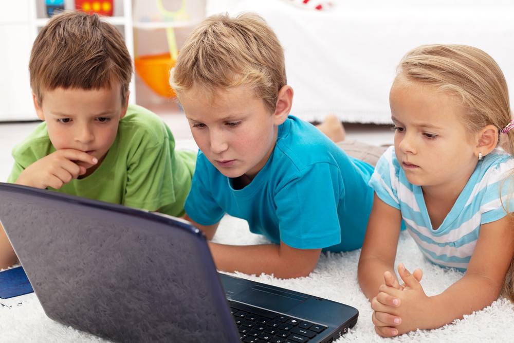 Dzieci korzystające z internetu, fot. shutterstock.com