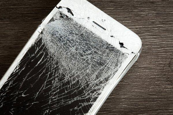 smartfon pekniety