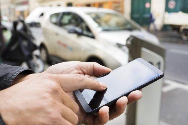 Smartfon na tle auta
