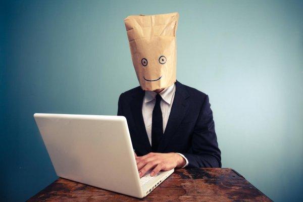 Człowiek z zakrytą twarzą