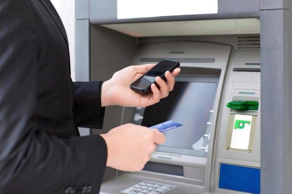 Osoba przy bankomacie