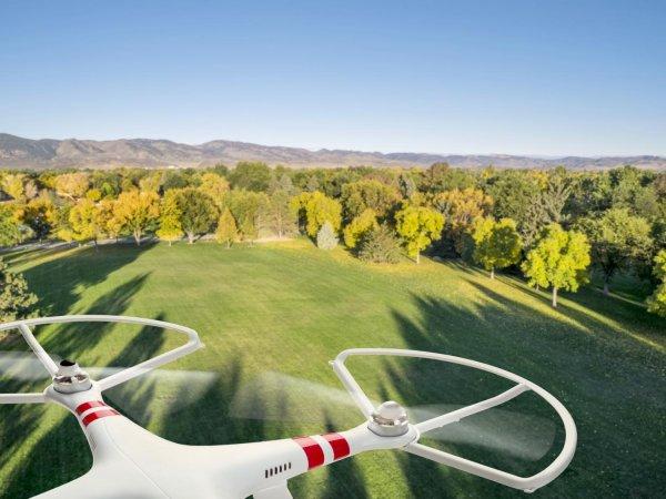 Lot dronem