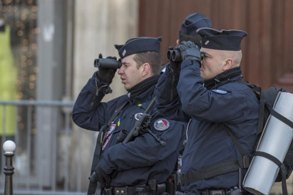 Policjanci z lornetkami, Francja